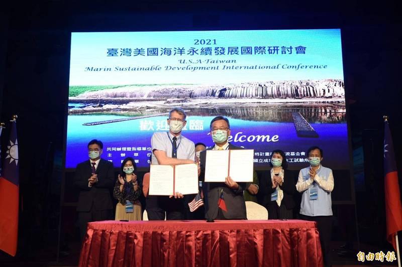 賴峰偉與傅爾布萊特學術交流基金會執行長那原道,簽署國際教育與英語助理教學合作備忘錄。(記者劉禹慶攝)