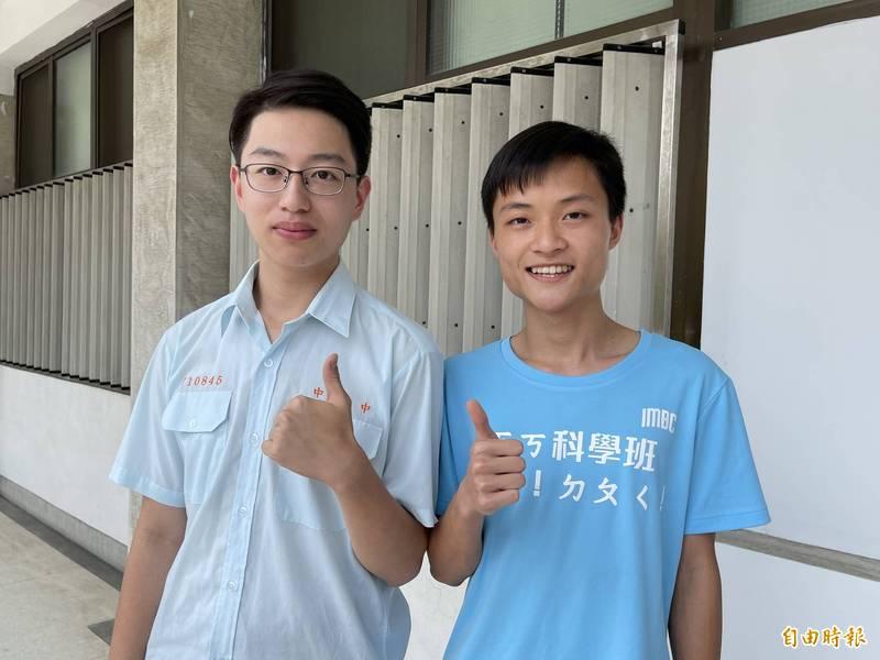 中一中科學班學生吳建沂(左)與陳為勳各摘台大醫科與牙科榜首。(記者蘇孟娟攝)