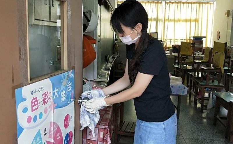 宜蘭縣國中教育會考考場本週開始第一波消毒工作,考前幾天會進行第二波消毒工作。(宜蘭縣政府提供)