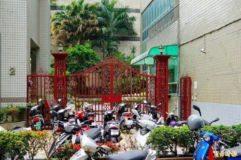 社區大樓鄰居形容阮男獨來獨往。(記者何宗翰攝)