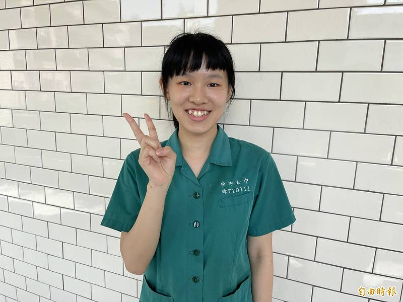 台大個人申請放榜,台中女中李忻為錄取台大醫學系公費生。(記者蘇孟娟攝)