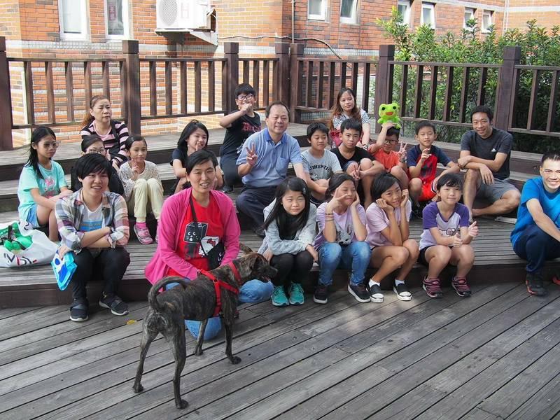 大園區菓林國小「小虎」從浪浪變成校犬,校方開啟一系列相關課程,帶著學生認識「小虎」,也為牠製作玩具。(菓林國小提供)