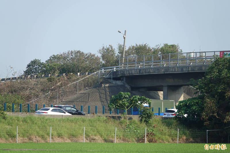 中山高彰化路段要進行拓寬,跨越國道的跨越橋因跨徑不足必須拆除再重建,其中就包括秀水鄉新興街的上興橋。(記者劉曉欣攝)