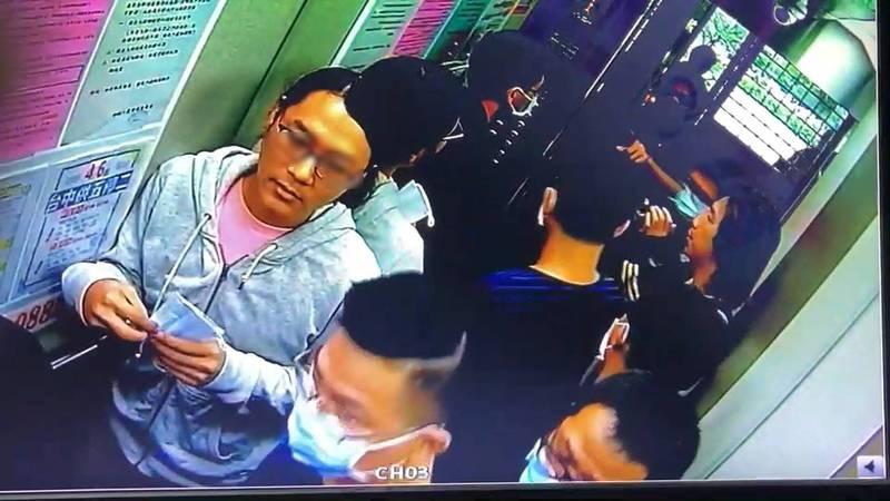 阮妹被哥哥阮男(圖左)爆打後,擔心被報復滅口,已遠離台灣赴美生活,圖為阮男陪同員警搜索畫面。(民眾提供)