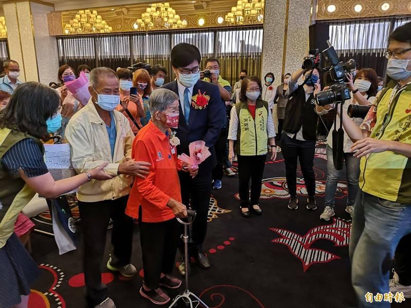 陳其邁攙扶103歲「毅力媽媽」李柯梗進場。(記者黃旭磊攝)