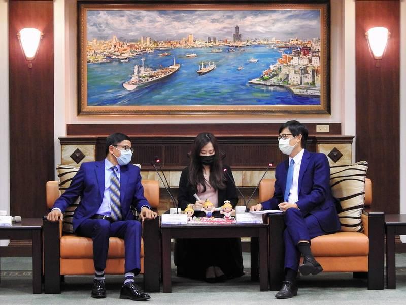 印度台北協會會長戴國瀾(左)拜會高雄市長陳其邁(右),感謝高雄捐贈口罩。(高市府提供)