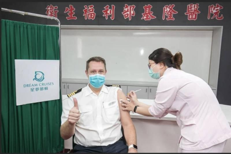 星夢郵輪今天宣布,「探索夢號」700多位船員將接種AZ疫苗,用行動力挺我國防疫政策,也讓國人上船跳島旅遊、繞島旅遊能夠更安全。(圖為星夢郵輪提供)