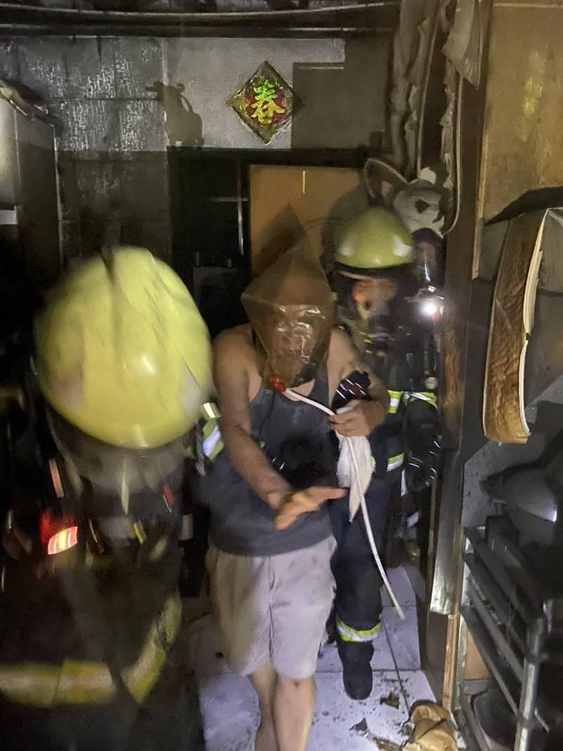 消防人員救出受困的一對父女。(民眾提供)