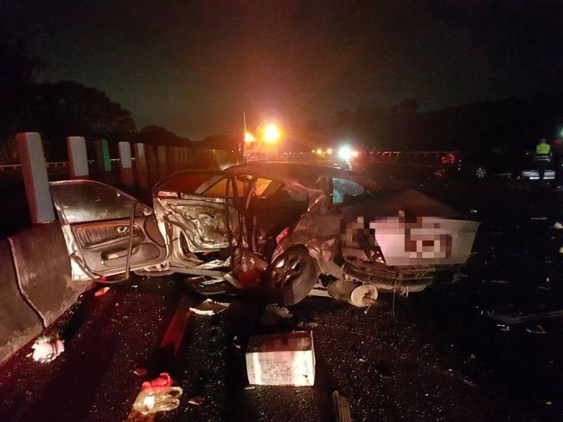國道三號發生連環車禍,現場車輛遭撞擊扭曲變形。(記者王善嬿翻攝)