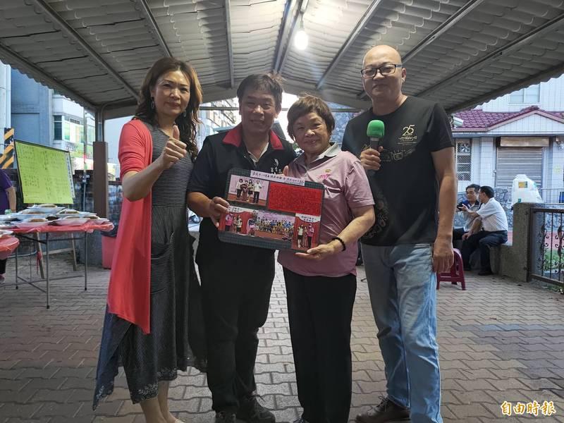 78歲總鋪師獲選嘉市模範母親代表 社區送砧板祝賀