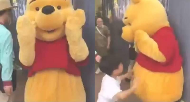 上海迪士尼小熊維尼遭男童毆打。(圖取自微博)
