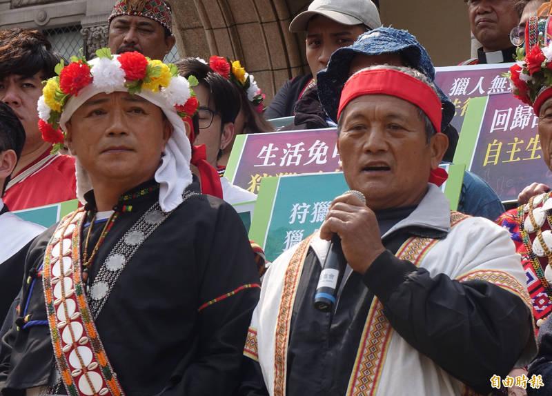 布農族王光祿(右)透過電訪表示,面對不利的釋憲解釋文,未來會繼續狩獵。(資料照)