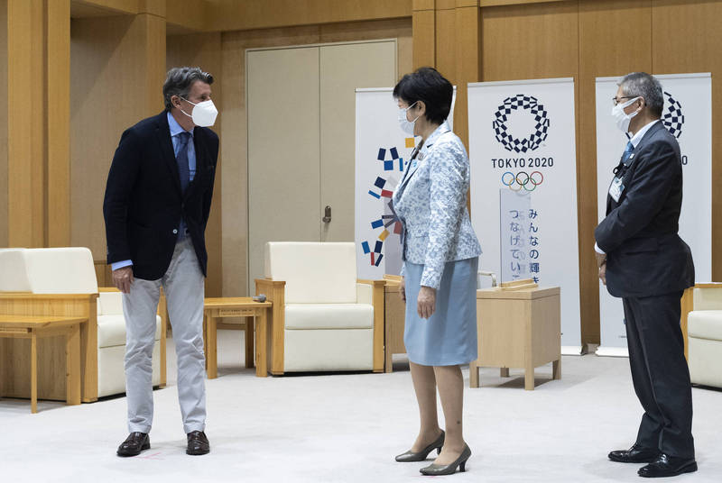 世界田聯主席柯伊(左)和東京都知事小池百合子(中)7日就東京奧運事宜進行會談。(美聯社)