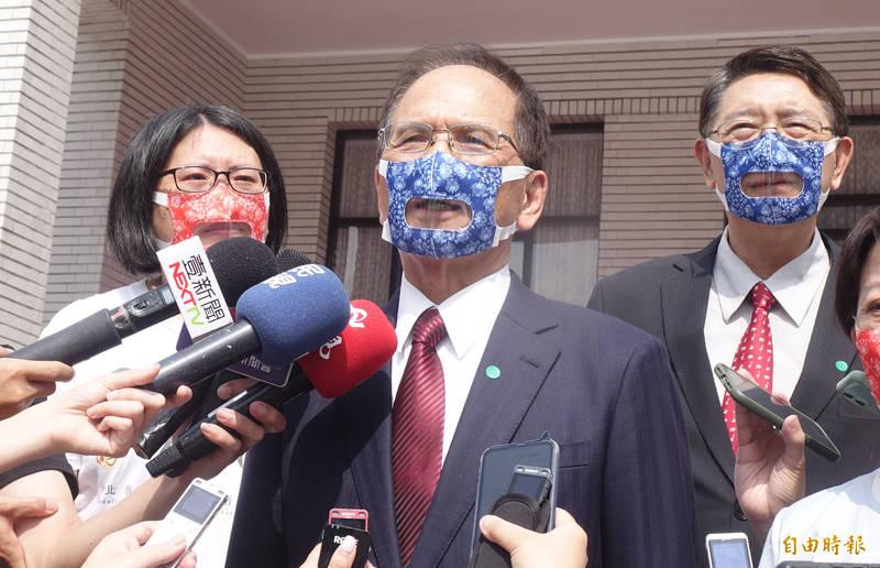 立法院長游錫堃與台北市蒲公英聽語協會共同響應透明口罩,他說,大家看到透過透明口罩不只看到嘴唇,也讓人感覺到更親切。(記者王藝菘攝)