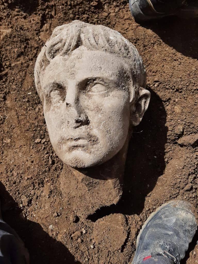 義大利伊塞爾尼亞鎮意外挖出奧古斯都大理石頭像。(圖片取自「Soprintendenza Archeologia, Belle Arti e Paesaggio del Molise」臉書)