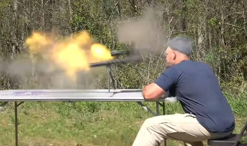 美國肯塔基洲槍械迷網紅史考特(Scott),近日在YouTube頻道《肯塔基彈道學》(Kentucky Ballistics)上傳一段恐怖影片,影片中他正在使用一把步槍,沒想到下一秒,當他扣下板機槍枝瞬間起火爆炸,強大的爆炸威力之下,步槍碎片不偏不倚重擊他的頭部及臉部,其中1個碎片甚至擊中他的喉嚨,當場刺穿頸靜脈,傷勢十分嚴重。(圖擷取自《肯塔基彈道學》youtube)
