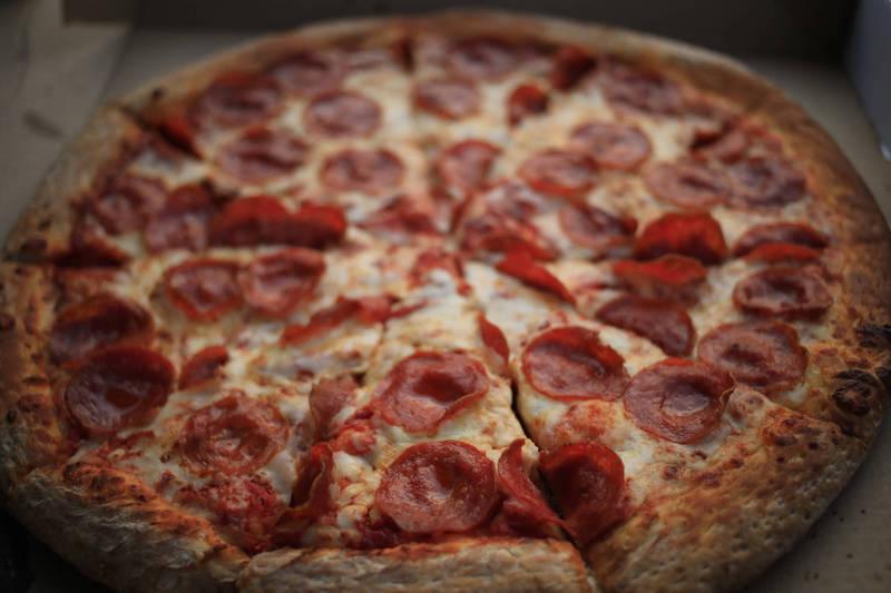 1名女職員不滿自己老是沒被揪訂披薩,一狀告上法院控訴「職場霸凌」並且勝訴,獲賠2.3萬英鎊。披薩示意圖。(彭博檔案照)