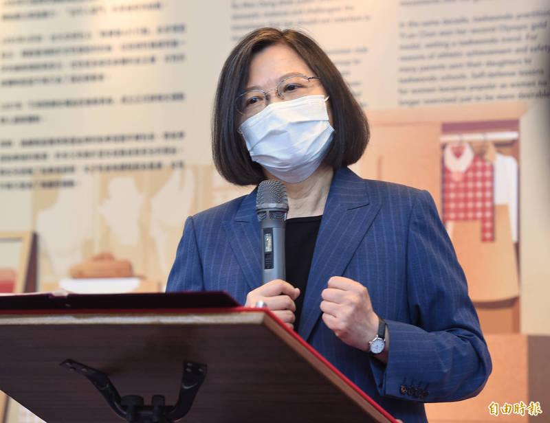 總統蔡英文7日參訪「台灣國家婦女館」,並表示政府會持續推動「0到6歲,國家跟你一起養」,繼續當爸媽的神隊友,持續推動友善的育兒政策,優化生養環境,讓大家「願婚、敢生、樂養」。 (記者劉信德攝)