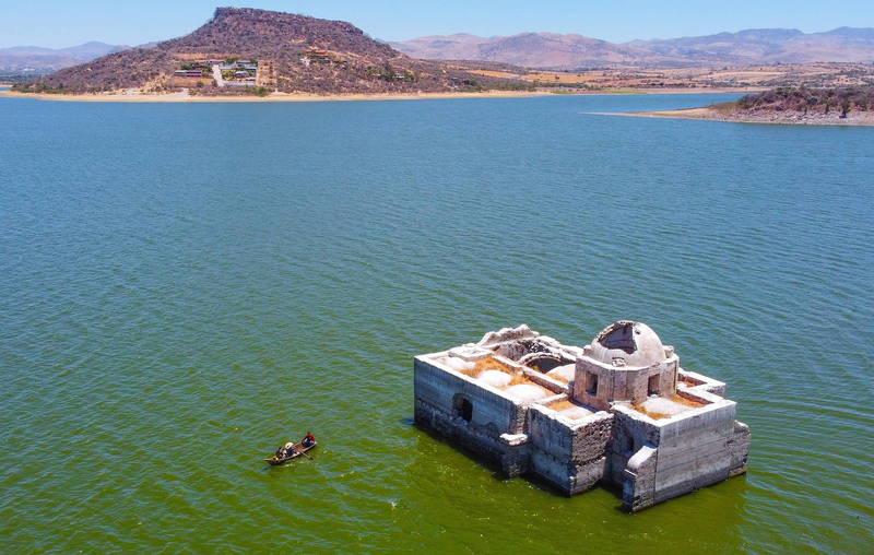 建立於1898年的墨西哥多洛雷斯聖母教堂( 見圖)位於瓜納華托州的一座水壩內。(歐新社)