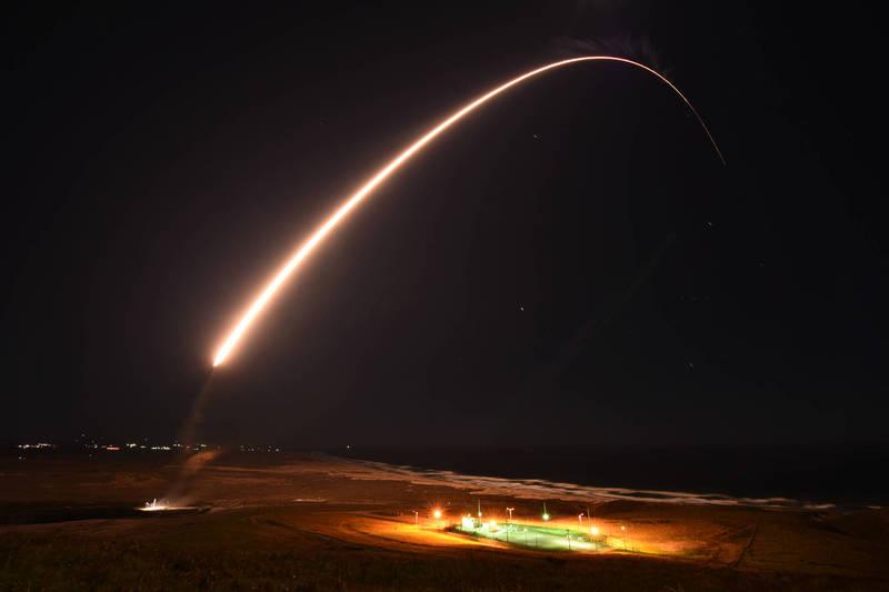 美國空軍576飛行試驗中隊於5日發射「義勇兵3型洲際飛彈」(Minuteman III)。(圖翻攝自美國空軍全球打擊司令部官網)