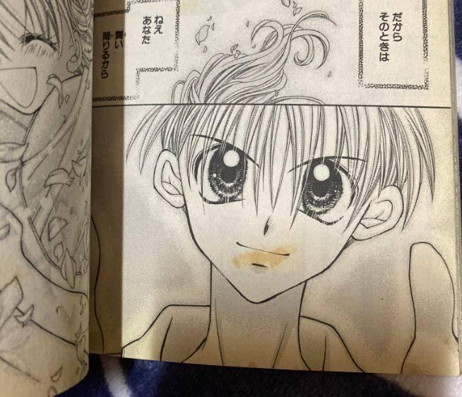 網友透露自己在漫畫紙張上,留下了童年初戀的「痕跡」。(圖取自推特「@eeebibibi」)