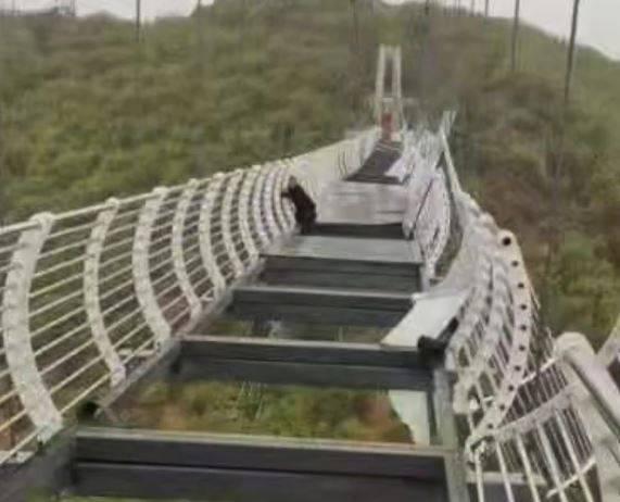 吉林省龍井市一處風景區的玻璃吊橋設施,7日因風勢太大的關係,高空玻璃棧道竟被大風「吹破」。(圖取自微博)
