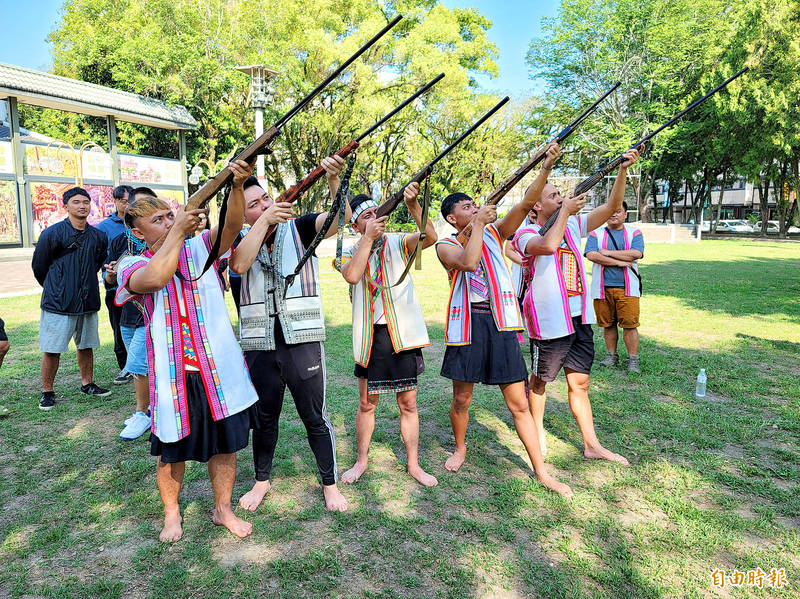 Five Bunun men yesterday take aim with shotguns at an event in Nantou County to demand that laws regulating hunting by Aborigines be amended. Photo: Tung Chen-kuo, Taipei Times