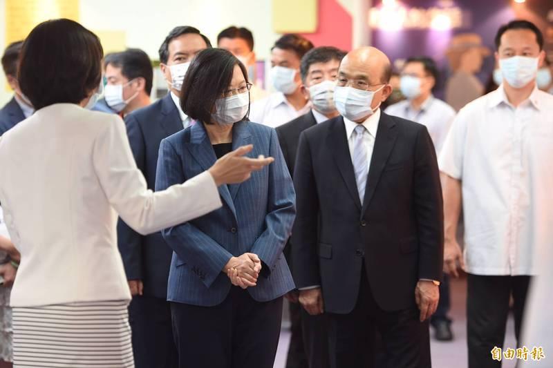 母親節將屆,行政院長蘇貞昌(右)今陪同總統蔡英文參訪「台灣國家婦女館」。(記者劉信德攝)