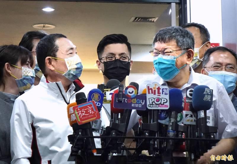 台北市長柯文哲(右)、新北市長侯友宜(左)今出席「2025雙北世界壯年運動會組織委員會成立大會暨第1次組織委員會籌備會議」,並一起接受媒體採訪。(記者方賓照攝)