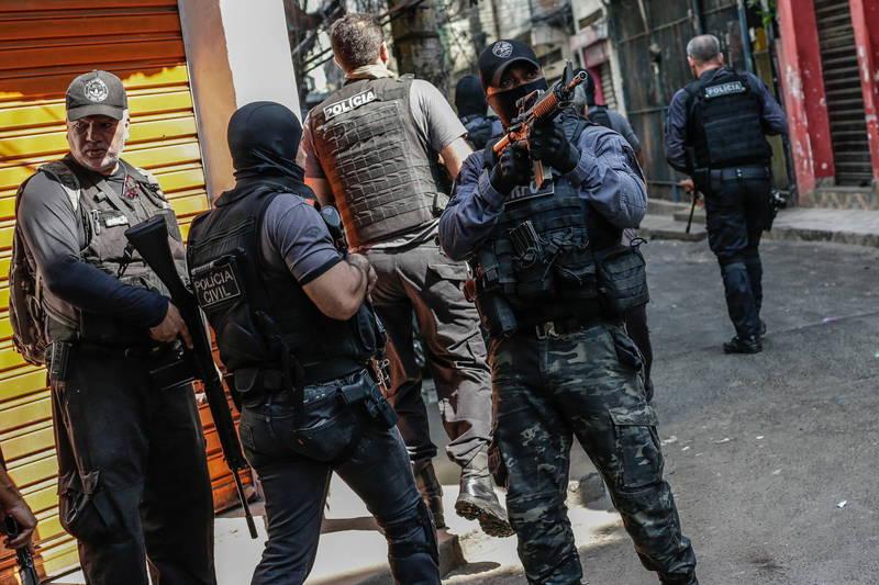 巴西里約熱內盧爆發警察與毒販激烈槍戰。(歐新社)