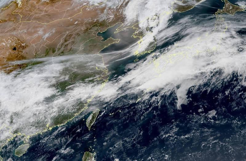日、韓近來受到溫帶低壓捲起的沙塵暴影響,但由於高壓籠罩,沙塵暴不致於南下影響到台灣。(圖取自臉書_台灣颱風論壇 天氣特急)