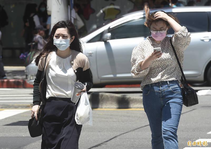 台南、高雄地區恐持續達36度以上高溫,須注意防曬、多補充水份、慎防熱傷害。(資料照)