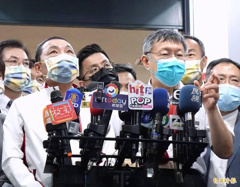 被問到雙北是否共同提高防疫層級,台北市長柯文哲(右)稱防疫還是要看中央公布標準,新北市長侯友宜(左)則認為要用最壞打算作最好準備,要提早超前部署。(記者方賓照攝)