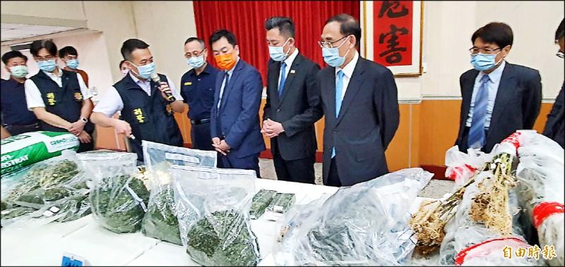 警方近來查獲多起種植大麻活株,法務部長蔡清祥(右2)指示追查網路教導種植者是否涉煽動、教唆他人犯罪。(記者蔡彰盛攝)