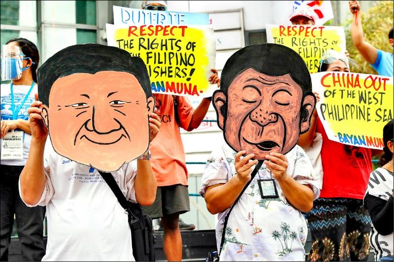 有人分別舉起杜特蒂和中國國家主席習近平的面具,諷刺兩人私交密切。(美聯社)