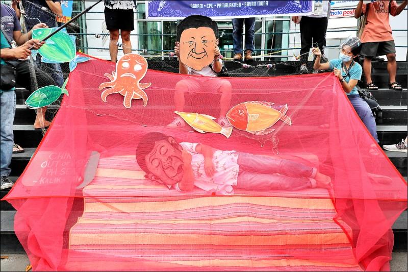 有民眾戴上杜特蒂的漫畫面具,躺在蚊帳包圍的床鋪上,諷刺其無所作為。(美聯社