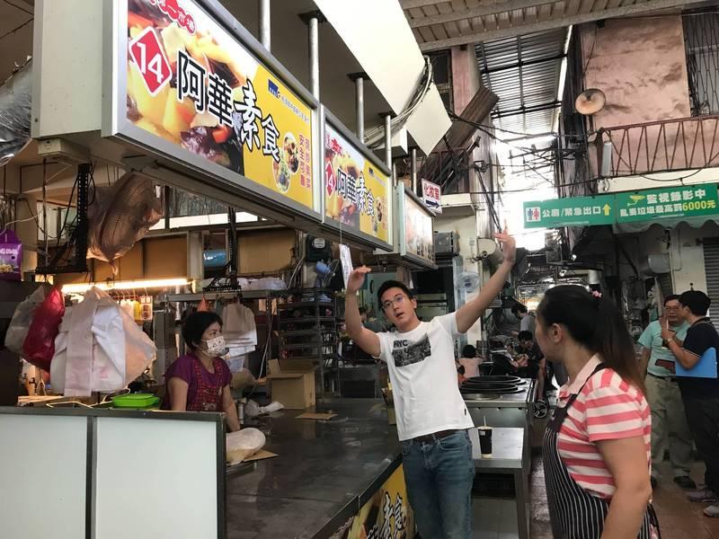 高市經發局長廖泰翔(左2)走訪市場了解需求,圖為阿蓮公有市場。(高市經發局提供)