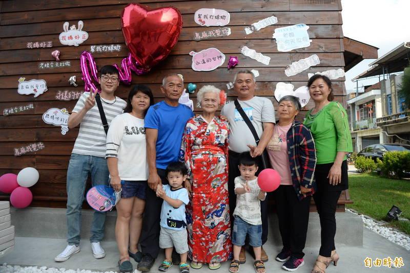 六龜區新威里獲得模範母親的90歲邱美妹(中),由2名兒子、2名女兒,以及孫子、曾孫子等4代家人陪同接受表場。(記者許麗娟攝)