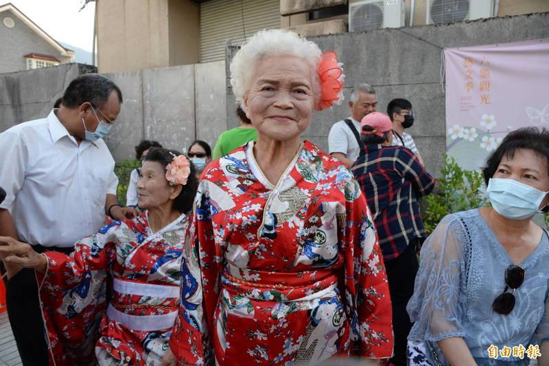 新威里模範母親徐邱美妹說,活到90歲第一次穿上和服。(記者許麗娟攝)