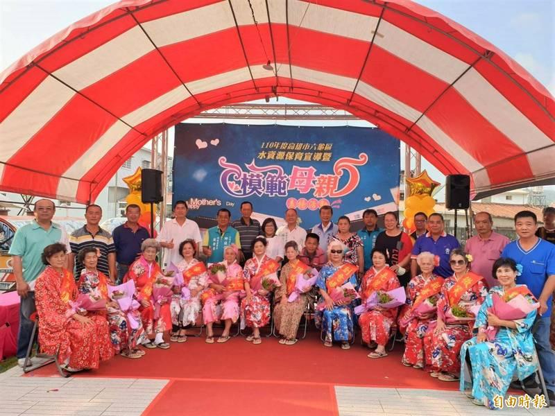 六龜區12名模範母親打扮成東洋美女,歡慶母親節。(記者許麗娟攝)