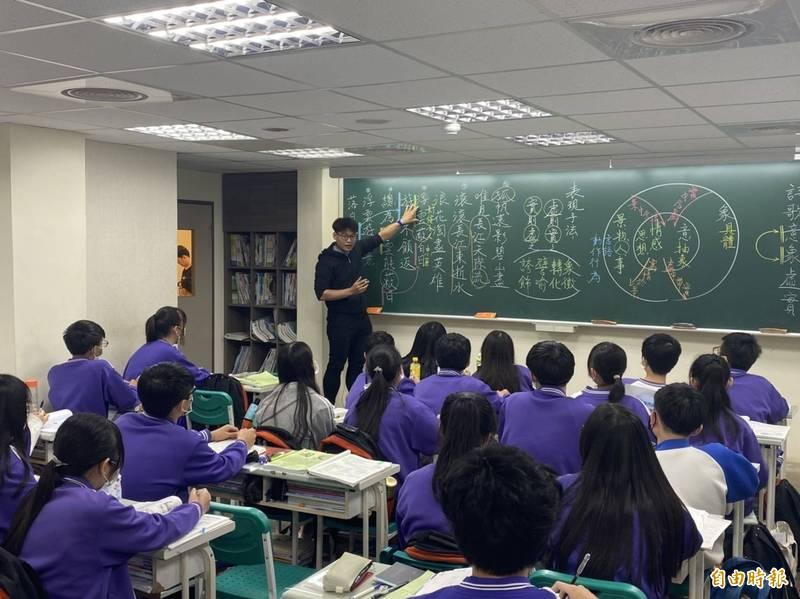 國中會考倒數一週,潁川國文團隊老師陳靖、房仲提供考前衝刺密技。(記者鄭名翔攝)
