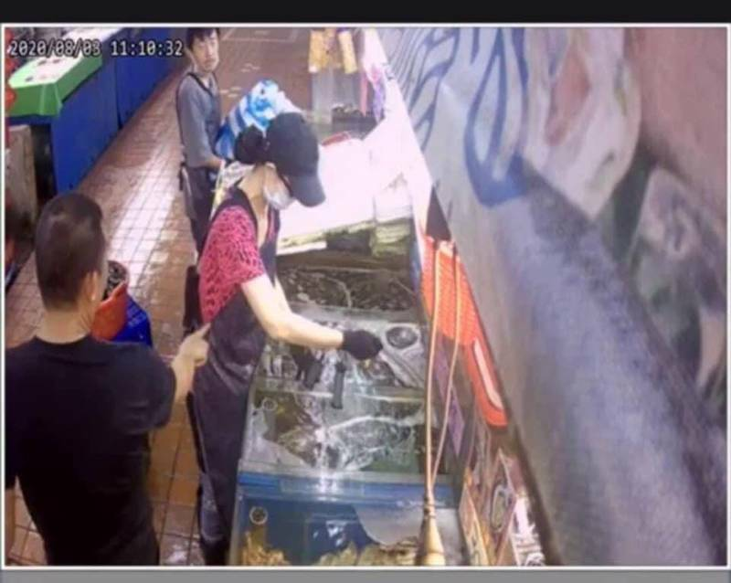 女店員指控遭其他攤商老闆戳腰、手臂。(擷取自臉書爆料公社)