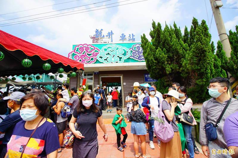 龍井農會在龍井火車站前舉辦西瓜節活動。(記者何宗翰攝)
