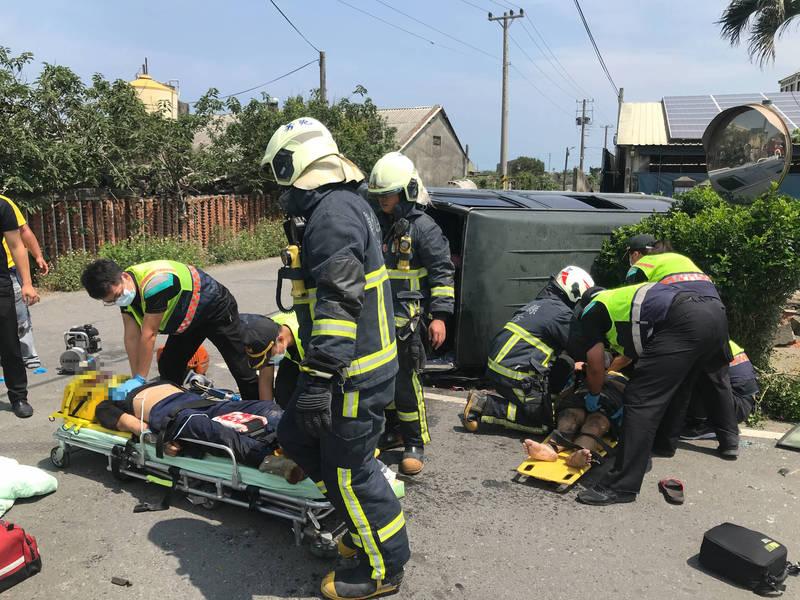 該起車禍事故造成廂型車翻覆,多人受困遭擠壓,多名救護、消防員搶救。(記者陳冠備翻攝)