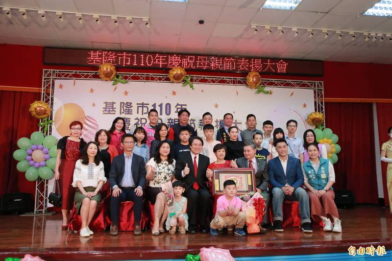 陳張秋美(前排右4)是前基隆市議員陳東財(前排右3)的妻子,與丈夫結縭40餘年,除了撫養3名子女,還要做丈夫為民服務的後盾。(記者林欣漢攝)