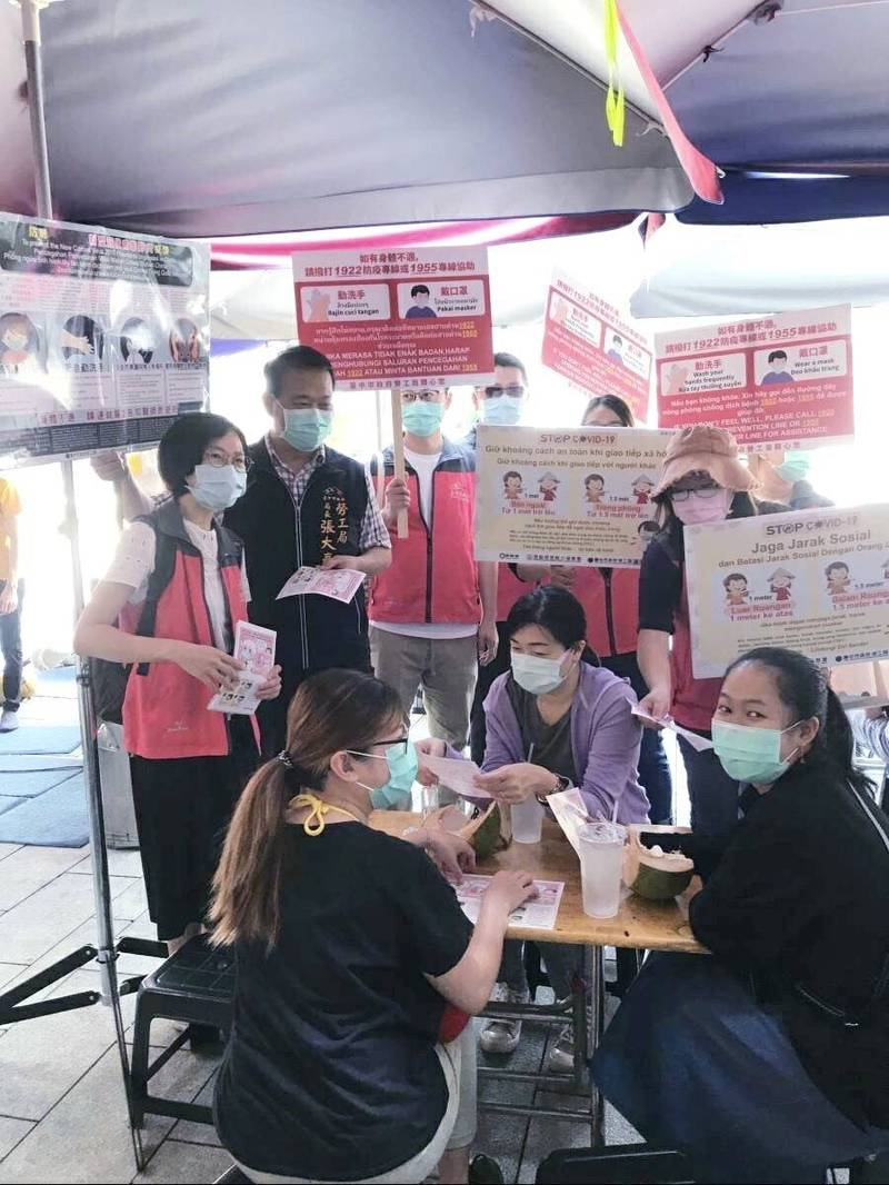 勞工局長張大春向移工宣導防疫,戴口罩、勤洗手。(記者蔡淑媛翻攝)