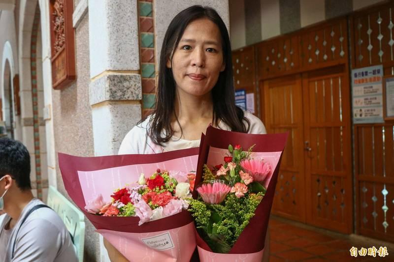 47歲湯淑娟獨立扶養兩個女兒,並努力爭取機會,讓重度腦性麻痺小女兒圓大學夢。 (記者蔡昀容攝)