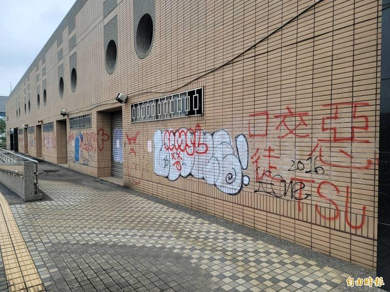 苗栗縣竹南鎮立游泳池因水情休館,不料,場館外牆遭人亂塗鴉。(記者彭健禮攝)