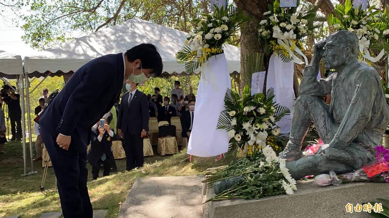 副總統賴清德向八田技師的銅像獻花鞠躬致敬。(記者楊金城攝)