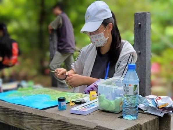 民眾參加客家桐花季寫生比賽。(客家局提供)